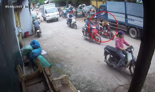 Hình ảnh cô gái trẻ chở theo 2 em bé trên xe đạp điện trước khi bị tai nạn