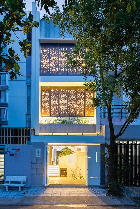 Qua hiệu ứng ánh sáng, lớp cửa như một bầu trời sao rực rỡ. Đặc biệt về đêm, ngôi nhà gây ấn tượng thị giác mạnh.