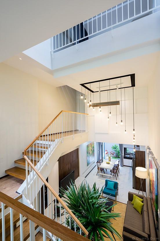 Nhờ giải pháp lệch tầng, không gian dành cho cầu thang giảm bớt nhưng đi lại vẫn thoải mái. Giao thông giữa các tầng được thu ngắn lại.