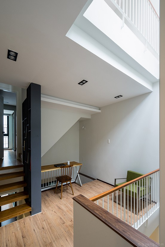 Giải pháp lệch tầng không chỉ giúp các thành viên trong gia đình tăng cơ hội tương tác với nhau mà còn giúp ngôi nhà tăng khả năng tương tác với thiên nhiên. Ánh sáng từ giếng trời thông qua cầu thang lệch tầng dễ dàng tiếp cận các không gian trong nhà.