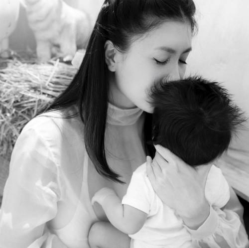 Tháng 9/2018, diễn viên Nguyệt Ánh công khai việc đã sinh con. Nguyệt Ánh cũng hạn chế đăng ảnh con trên mạng xã hội.