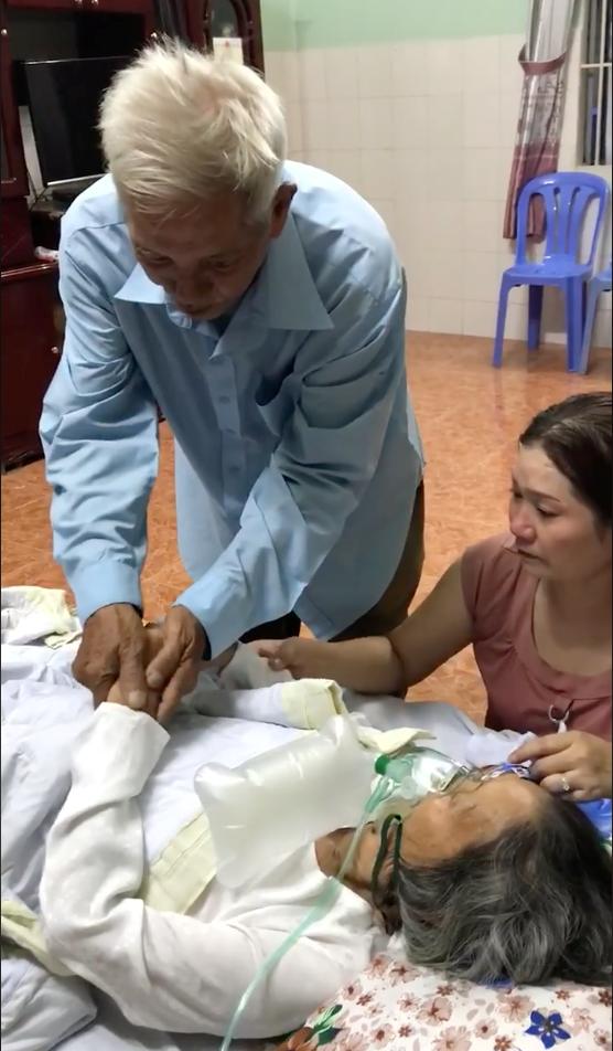 Khoảnh khắc ông nắm tay bà trước giờ phút chia xa mãi mãi khiến con cháu không cầm được nước mắt. Ảnh cắt từ clip