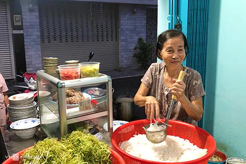 Bà Thao là bếp trưởng trong quán ăn của mình. Ảnh: Di Vỹ.