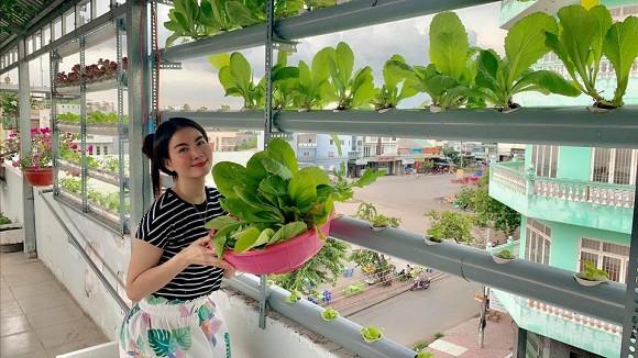 Nữ diễn viên hào hứng thu hoạch rau sau bao ngày chạy show mệt mỏi