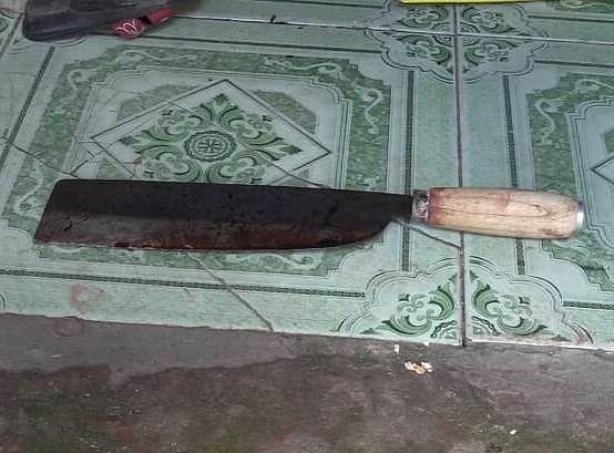 Con dao dính máu được phát hiện tại hiện trường