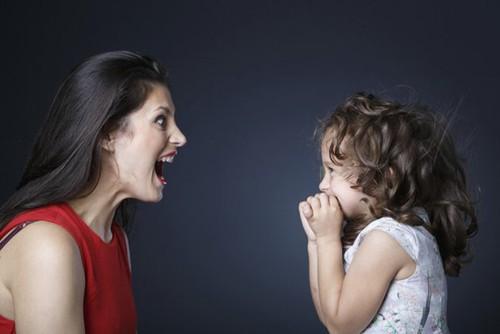 Những lúc trẻ bướng bỉnh, cứng đầu, không chịu nghe lời thì bố mẹ không nên vội vàng cáu giận hoặc ngay lập tức tranh luận, đánh mắng con bởi nó chỉ khiến tình hình tệ thêm mà thôi (Ảnh minh họa)