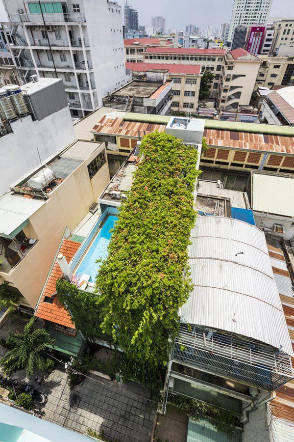 Ngôi nhà chỉ có thể được tiếp cận bởi một con hẻm nhỏ với khu dân cư xung quanh đông đúc.