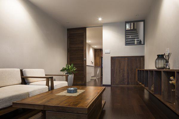 Phía sau phòng khách là nhà vệ sinh và phòng bếp.