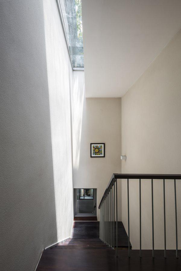 Do bề ngang của khu đất hạn chế, cầu thang đi lại giữa các tầng được thiết kế hẹp để tiết kiệm diện tích