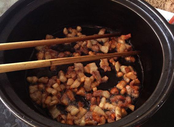 Bước 4: Chắt bớt mỡ ra, chỉ để lại 3 thìa canh mỡ. Cho hành khô, tỏi đã băm nhuyễn vào phi thơm sau đó trút tôm cùng với hỗn hợp 2 thìa nước mắm, 1 thìa đường, ớt tươi, hạt tiêu đảo sơ qua khoảng 3 - 5 phút.