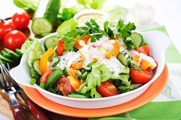 - Xếp salad ra đĩa, cuối cùng là rưới sốt mayonnaise lên trên đĩa rau.
