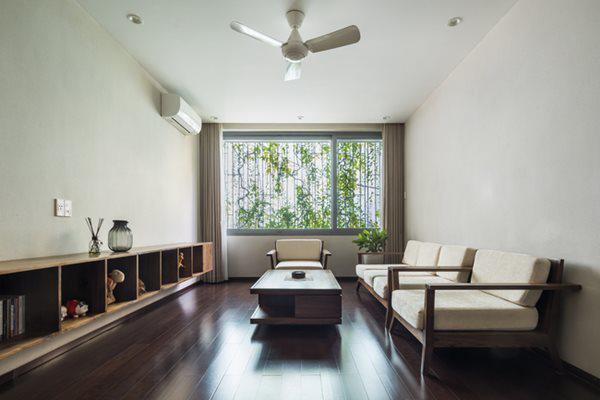 Phòng khách với ô cửa sổ lớn, đủ lấy ánh sáng cho toàn bộ không gian bên trong.