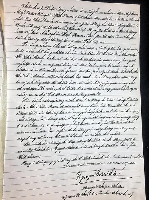 Bí thư Thành ủy Nguyễn Thiện Nhân viết vào sổ tang. Ảnh: VNE