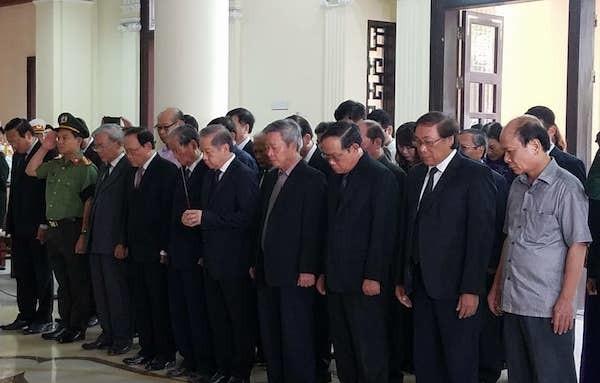 Đoàn lãnh đạo tỉnh Thừa Thiên Huế viếng Đại tướng Lê Đức Anh. Ảnh: VNE