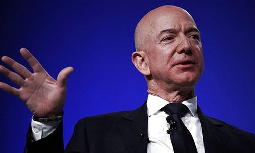 Jeff Bezos cho rằng sự thành công của ông cùng Amazon đến nhờ sự tháo vát, không ngại thử những điều mới mẻ. Ảnh: CNBC.
