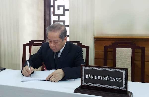 Ông Phan Ngọc Thọ, Chủ tịch UBND tỉnh Thừa Thiên Huế viết sổ tang. Ảnh:VNE
