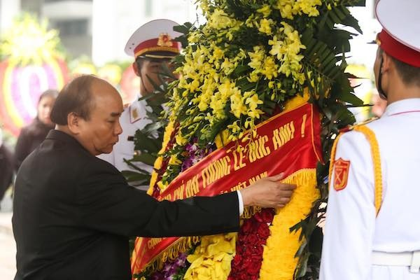 Thủ tướng Nguyễn Xuân Phúc tại lễ viếng. Ảnh: VNE