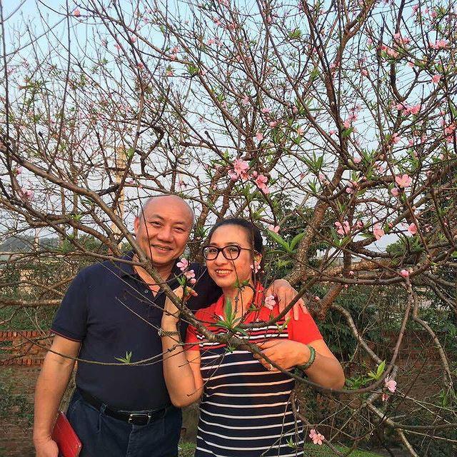 """BTV Vân Anh và chồng là bác sĩ nổi tiếng có """"bàn tay vàng""""- PGS. TS. TTND. Nguyễn Văn Thạch của bệnh viện Việt Đức."""