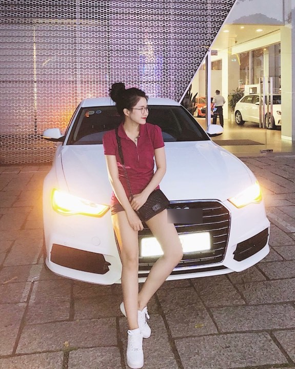 Mới 23 tuổi, Kiều Trinh đã mua được xế hộp gần 3 tỷ - một con số không hề nhỏ đối với cô gái trẻ. Được biết, số tiền mua xe được cô tiết kiệm trong 2 năm hoạt động nghệ thuật. Không chỉ sở hữu siêu xe, Kiều Trinh còn có bộ sưu tập túi xách hàng hiệu đắt đỏ.
