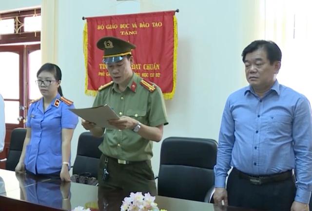 ông Hoàng Tiến Đức, Giám đốc Sở GD-ĐT Sơn La (bên phải) được triệu tập để làm rõ một số vấn đề liên quan đến vụ gian lận thi cử.