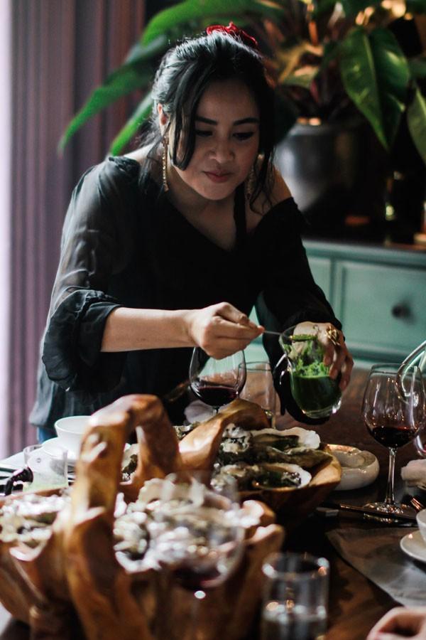 """Ngoài thời gian dành cho âm nhạc, ca sĩ Thanh Lam rất thích tự nấu ăn và """"sáng tác"""" những món ăn mới lạ. Với việc nấu ăn, cô cũng xem là cả một nghệ thuật, chứ không chỉ đơn giản là đáp ứng vị giác."""