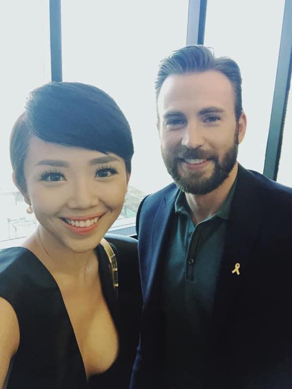 Nữ ca sĩ cũng có nhiều cơ hội làm việc và gặp gỡ các ngôi sao thế giới như diễn viên Captain America - Chris Evans