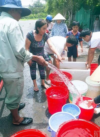 Nhà máy nước huy động xe bồn chở nước sạch cung cấp cho dân thị xã Long Mỹ. Ảnh: Thuận An.