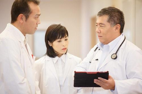 Tiến sĩ, bác sĩ Daisuke Tachikawa (bên phải) cho biết ung thư có xu hướng gia tăng trên toàn cầu và cả Việt Nam.