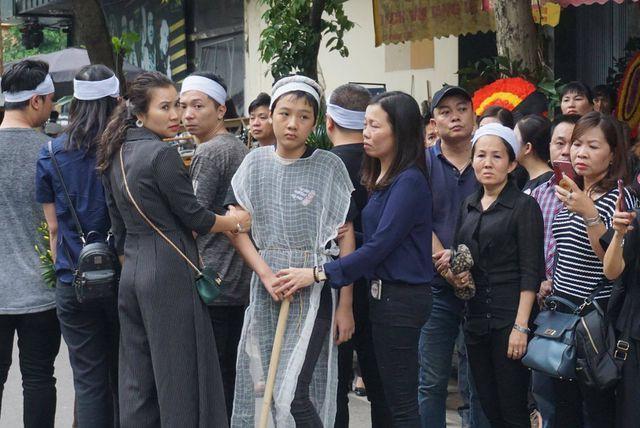 Cháu Nguyễn Văn Quân (áo trắng) trong đám tang mẹ.