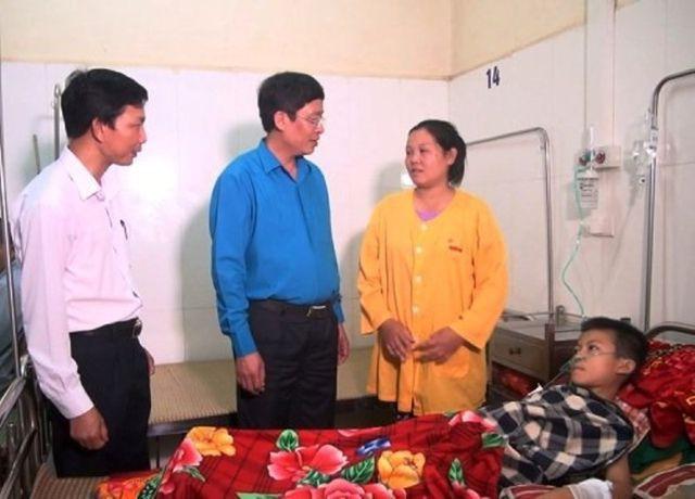Lãnh đạo Công đoàn giáo dục Việt Nam đã đến thăm hỏi, động viên các cháu học sinh đang điều trị tại bệnh viện.