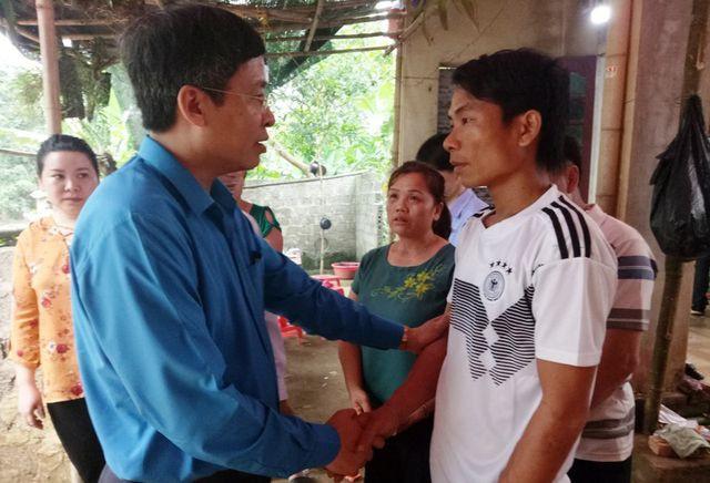 Đoàn công tác của Công đoàn giáo dục Việt Nam đến thăm viếng, chia buồn cùng gia đình cháu Lê Hữu Phước.