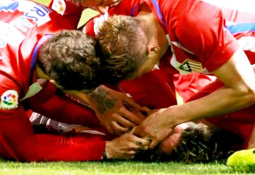 Gabi đã nhanh trí kéo lưỡi Fernando Torres để tránh nguy cơ tuột lưỡi gây nghẹt thở. Ảnh: Telegraph.