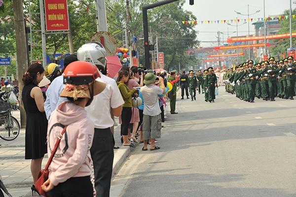 Đông đảo người dân Điện Biên đón xem sự kiện lớn này.