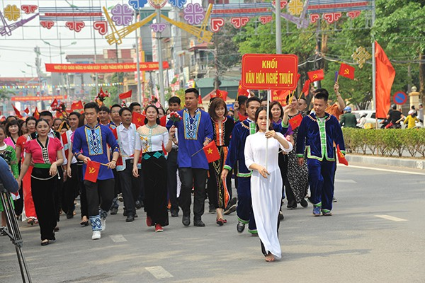 Khối Văn hóa nghệ thuật diễu hành trên đường Võ Nguyên Giáp.