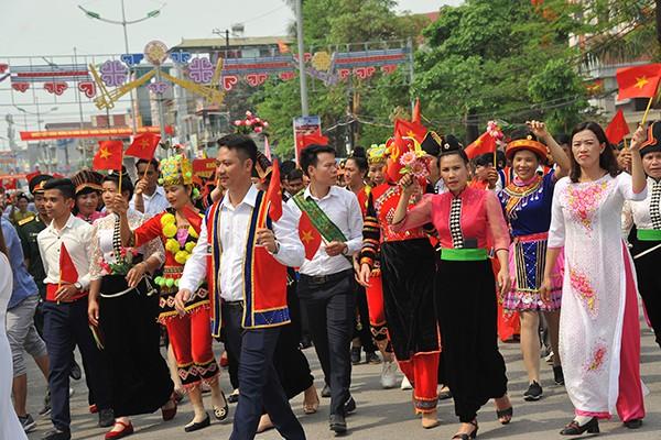 Nhân dân các dân tộc trên địa bàn tỉnh trong các bộ trang phục nhiều màu sắc.
