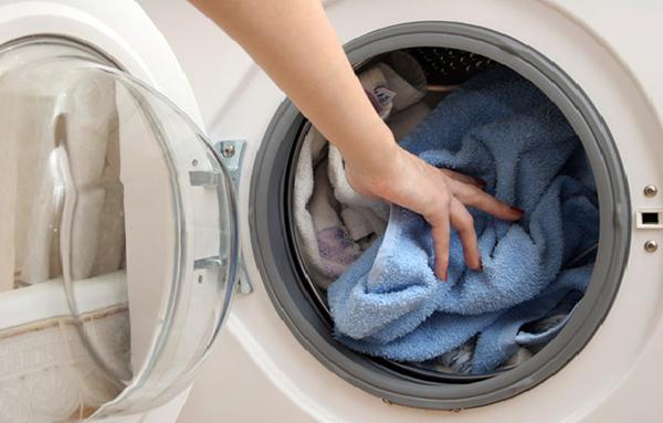 Không giặt quần áo quá nhiều hoặc quá ít trong máy giặt.