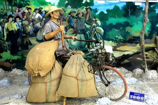 Ông Ma Văn Thắng, Phú Thọ với chiếc xe đạp thồ đạt kỷ lục chở 325kg hàng trong chiến dịch Điện Biên Phủ 1954 trưng bày tại Bảo tàng Chiến thắng Điện Biên Phủ.