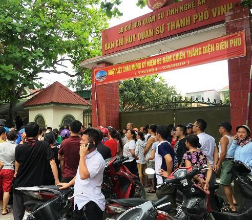 Nhiều trẻ được các chiến sĩ của Ban chỉ huy quân sự TP sơ tán về trụ sở an toàn.
