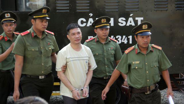 Văn Kính Dương được áp giải đến tòa sáng nay. Ảnh: Dân trí