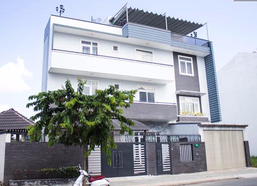 Căn biệt thự của Kim Tử Long nằm trong khu dân cư biệt lập Đại Phúc (huyện Bình Chánh, TP HCM) có gắn camera giám sát và có bảo vệ 24/24. Nhìn bên ngoài đã thấy sự rộng rãi và đồ sộ.