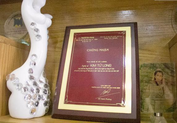 Những giải thưởng được bày khắp nơi trong nhà.