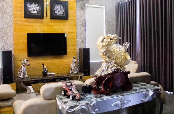 Phòng khách được bài trí nhiều họa tiết. Đặc biệt vật phẩm phong thủy được bày ở một vị trí trang trọng.