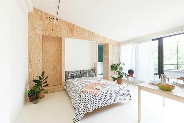 Giường ngủ được giấu áp vào tường sẽ được kéo xuống khi ngủ rất gọn gàng cho căn hộ.