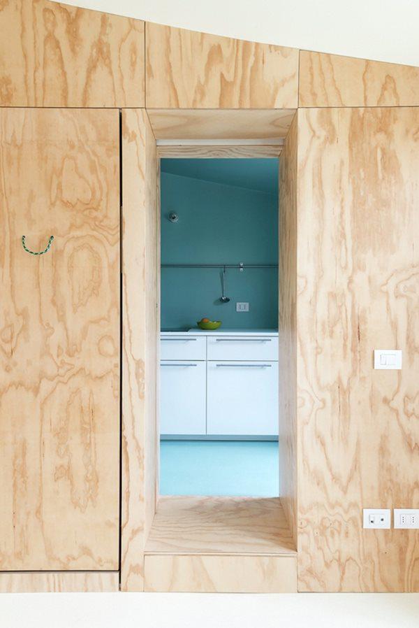 Phòng tắm và nhà bếp có cấu trúc hình hộp và được sơn màu xanh.