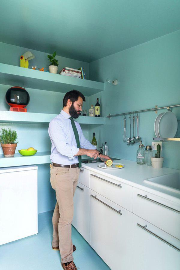 Gian bếp nhỏ nhưng đầy đủ các thiết bị để chủ nhà có thể nấu nướng.