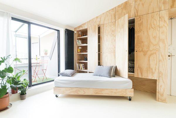 Nếu như phòng tắm, bếp sơn màu xanh lam thì gian ngoài  sơn màu trắng tăng độ sáng và làm nổi bật tường.
