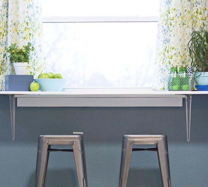1. Chỉ cần gắn 1 chiếc bàn nhỏ bạn sẽ có ngay 1 quầy bar rất hợp mốt có thể để hoa quả, bia hay tận dụng là nơi làm việc cũng rất tiện lợi.