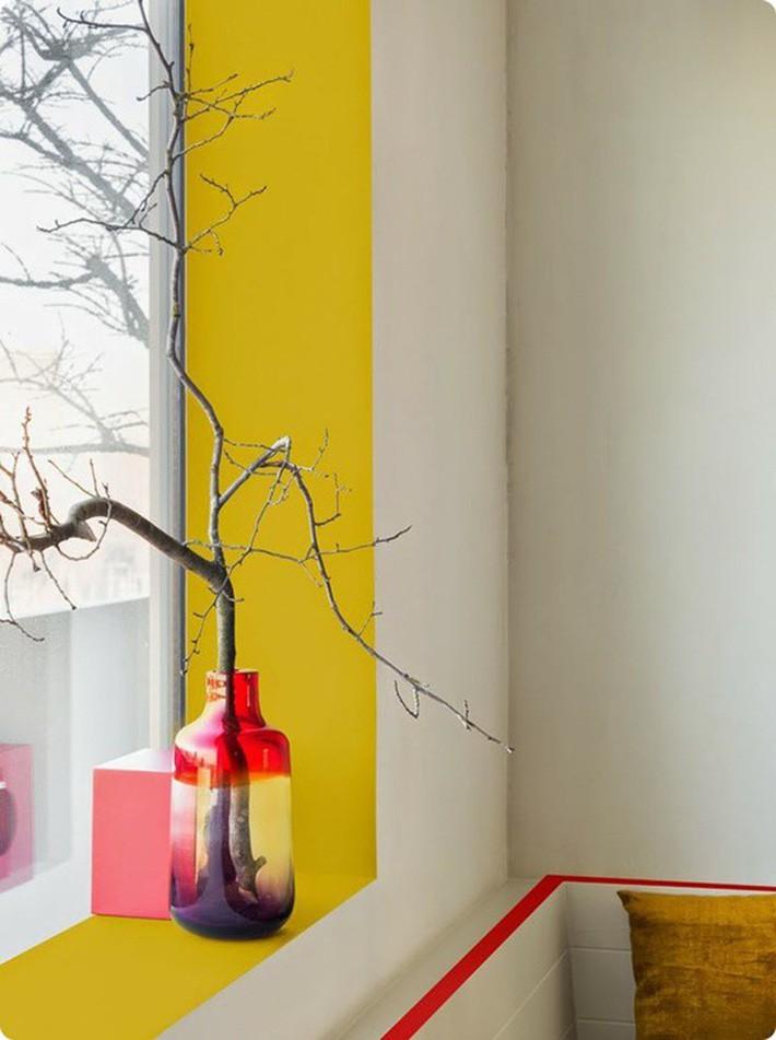 2. Sơn bên trong của cửa sổ bằng gam màu rực rỡ tươi sáng, nổi bật sẽ khiến cả căn phòng nhà bạn như bừng sáng. Ngoài ra, hãy chọn thêm 1 bình hoa trang trí dễ thương, hài hòa với màu của bức tường. Công việc này cũng không đòi hỏi mất quà nhiều thời gian và công sức của bạn nhưng sẽ tạo ra những hiệu quả bất ngờ.