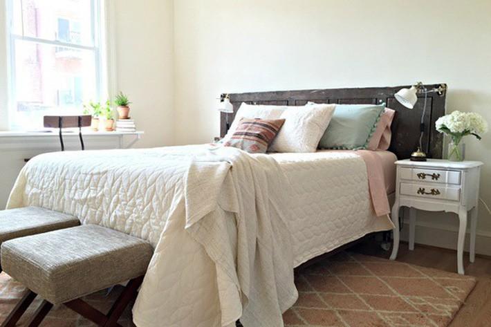 5. Những chậu hoa hoặc lọ hoa thủy tinh trên khung cửa ở phòng ngủ sẽ tạo cho bạn cảm giác gần gũi với thiên nhiên hơn. Nên chọn những bình hoa nhỏ để không cản trở việc đưa ánh sáng vào phòng.