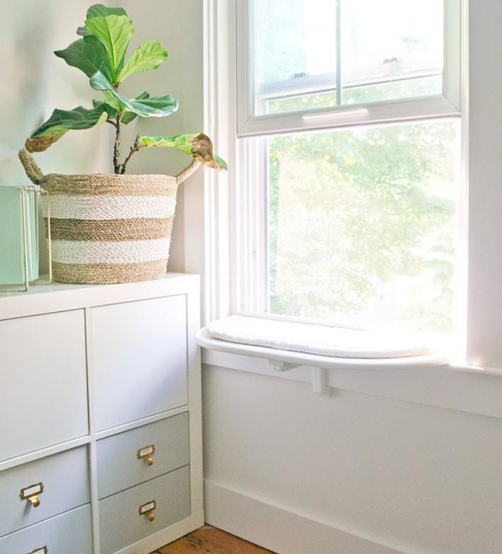 6. Trải 1 tấm thảm êm trắng tinh khôi ở bệ cửa xinh xinh giúp căn phòng như sáng hơn và sẽ là chỗ sưởi nắng tuyệt vời cho thú cưng nhà bạn.
